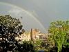 een regenboog boven de stad